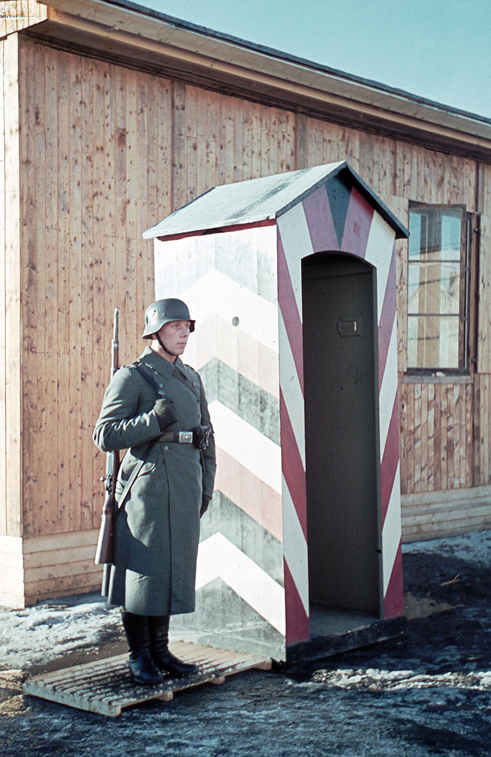 Bilde 69. Tysk vakt passer på brakka