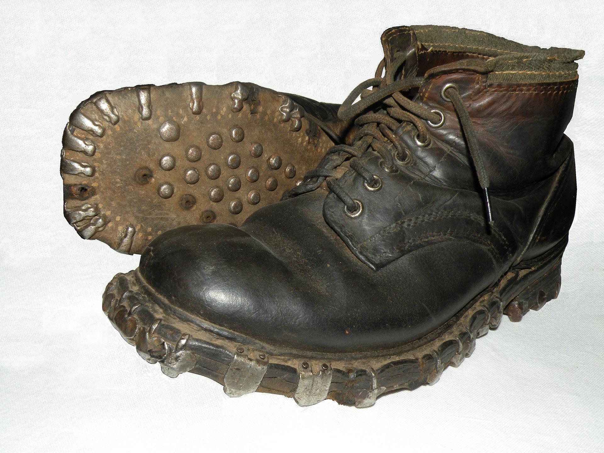 """Tyskerne hadde noen forferdelige sko med jernknaster. Når man marsjerte gav disse støvlene en veldig larm. Verst var Gebirgsjägerne - de tyske alpejegerne.  Etter krigen måtte det legges nye gulv i hus som de hadde oppholdt seg i.  Skoene hadde bokstavelig """"spist"""" opp gulvplankene."""